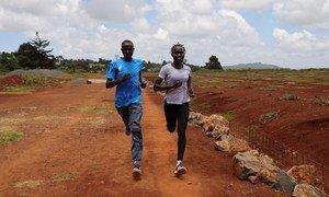 Rose Nathike Lokonyen (à droite), une réfugiée sud-soudanaise, court avec sa coéquipière dans un camp d'entraînement en haute altitude à Iten, au Kenya.