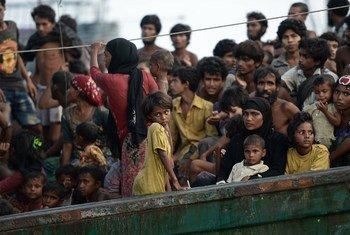 समुद्र में फँसे लोगो में रोहिंज्या समुदाय के लोग भी हैं.