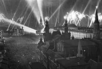 Празднование Дня Победы. Москва. 9 мая 1945 г. Салют на Красной площади.