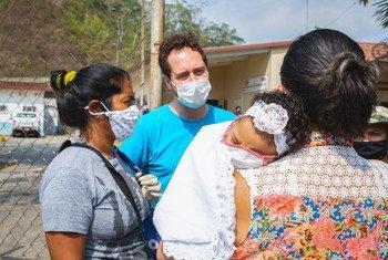 Un trabajador de UNICEF habla con nas mujeres en un centro de salud de las afueras de Caracas,Venezuela