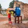 Mvulana mdogo akisafisha mikono yake wakati anaingia katikashule yake mjini Yambio, Sudan Kusini, Jumanne Machi 17, 2020