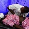 Un médecin examine une femme enceinte lors d'une consultation prénatale au centre de santé de Gbaleka, dans le nord de la Côte d'Ivoire