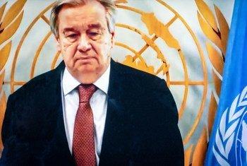 الأمين العام أنطونيو غوتيريش يقف دقيقة صمت خلال حفل الذكرى السنوية لتكريم موظفي الأمم المتحدة الذين فقدوا حياتهم أثناء أداء واجبهم في عام 2020.