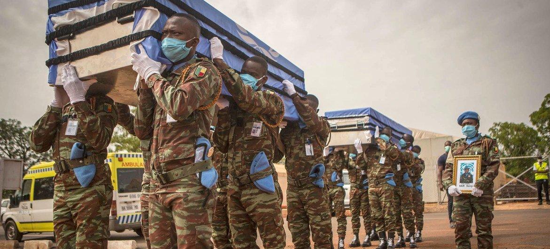 Похоронная церемония в Мали в память о двух миротворцах ООН, подполковника Карлоса Мойсеса Гильена Альфаро из Сальвадора и полковника Сави Сара из Камбоджи, погибших в мае 2020 года в результате COVID-19.