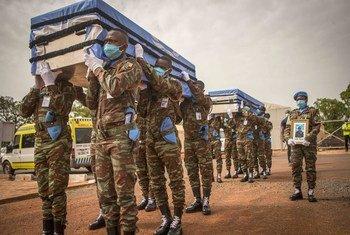 माली में यूएन के दो शान्तिरक्षकों का अन्तिम संस्कार किया गया, इनकी मौत मई 2020 में कोविड-19 की वजह से हुई.