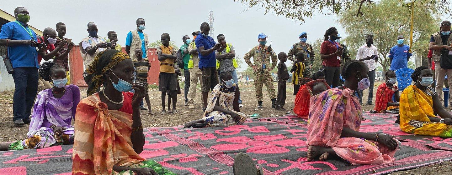 Des habitants de Pibor, au Soudan du Sud, attendent la livraison de l'aide alimentaire.