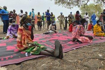 南苏丹百姓正在等待领取食品援助。
