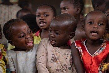 Watoto wakiwa kwenye kituo chao cha kucheza ambacho ni salama. Kituo kimeanzishwa na UNICEF.