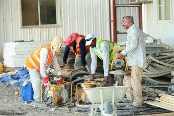 工人在施工现场铲沙