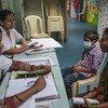 استشاريون يتحدثون إلى والدة طفل في التاسعة من عمره في أحد مراكز العلاجات المقدمة للأطفال في أحد مستشفيات بومباي بالهند.