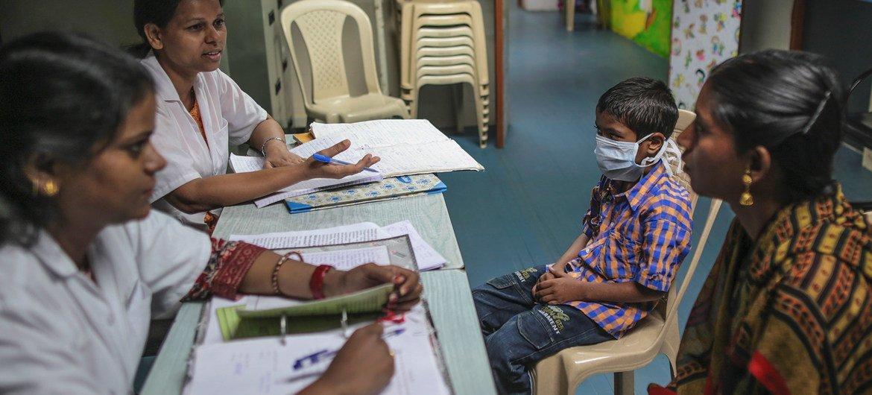 Conselheiros conversam com a mãe de um menino de nove anos de idade em um Centro de Terapia Antirretroviral Pediátrica (ART) em um hospital em Mumbai, na Índia.