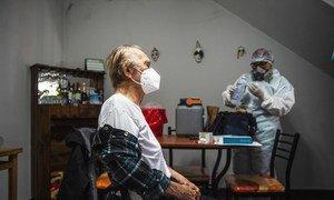 Un hombre recibe la vacuna del COVID-19 en Perú.