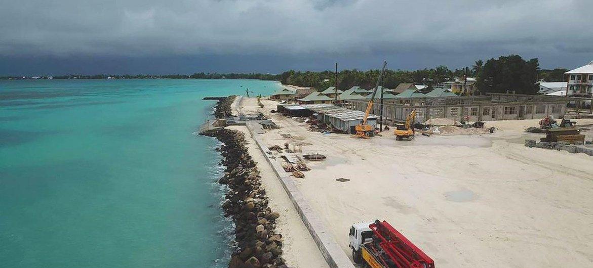 الأرخبيل المنخفض، توفالو، في المحيط الهادئ يستعيد الأرض مع مكافحة آثار تغير المناخ.