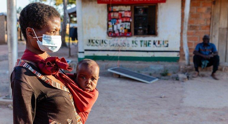 لاجئة وطفلتها من جمهورية الكونغو الديمقراطية تعيشان في أحد مخيمات النازحين في زامبيا منذ عام 2020.