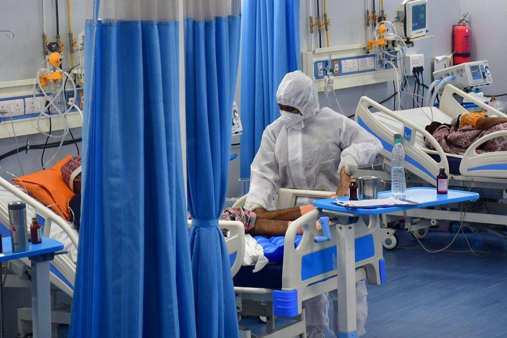Des patients atteints de la Covid-19 sont soignés dans une unité de soins intensifs à Mumbai, en Inde.