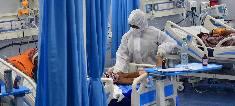 Pacientes são tratados para Covid-19 em uma unidade de terapia intensiva em Mumbai, na Índia