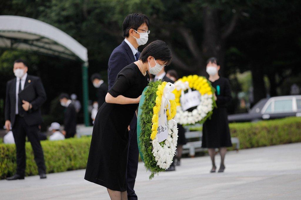Mwakilishi wa ngazi ya juu wa Umoja wa Mataifa katika kudhibiti kuenea kwa silaha  Izumi Nakamitsu (mwenye shada la maua) wakati akihudhuria tukio maalum hii leo  huko Hiroshima kukumbuka shambulio la Hiroshima Japan mnamo Agosti 6, 1945.