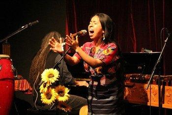 La cantantautora maya Sara Curruchich en concierto.
