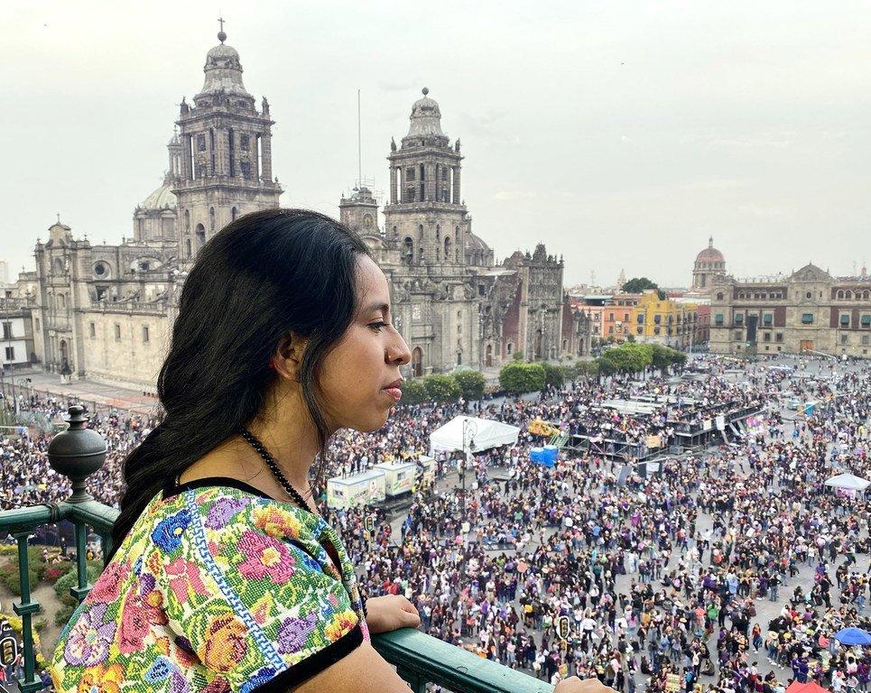 Sara Curruchich en el Zócalo de la Ciudad de México.