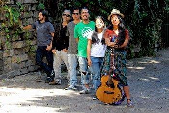 La cantantautora maya Sara Curruchich y su banda.