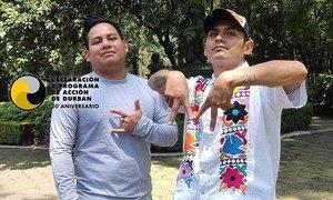 José Antonio Andrés Bolaños (i), de 25 años, y Diego Aurelio Olivera, de 23 años, posan en el Centro Cultural Los Pinos, en la Ciudad de México.