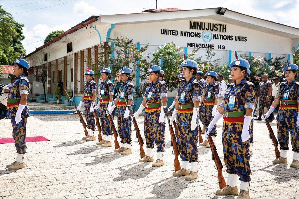 Des femmes officiers de police des Nations Unies originaires du Bangladesh lors d'une parade en Haïti.