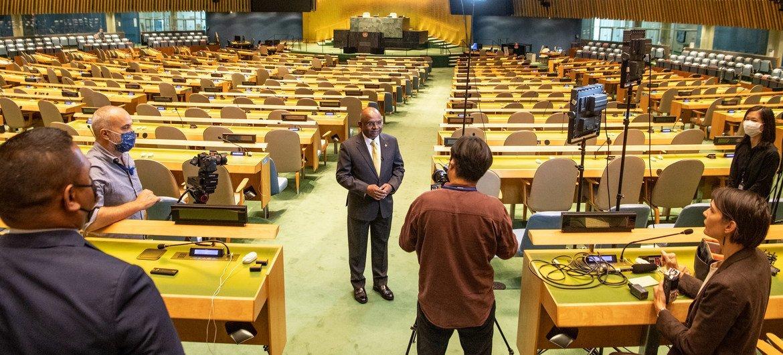 Le président élu de l'Assemblée générale des Nations Unies, Abdulla Shahid, est interviewé dans la salle de l'Assemblée générale.