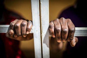 Многолетнее тюремное заключение без предъявления обвинения может приравниваться к пытке.