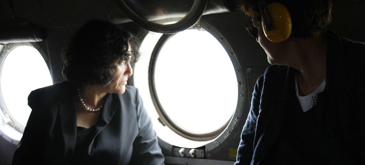 联合国秘书长刚果民主共和国特别代表泽鲁居伊(Leila Zerrougui 图左)乘直升机飞往充满动荡的东部伊图里和北基伍省的途中。