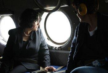 Leila Zerrougui (à gauche), Représentante spéciale du Secrétaire général des Nations Unies en République démocratique du Congo, dans un hélicoptère lors d'un vol vers les provinces de l'Ituri et du Nord-Kivu.