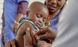 在刚果共和国,一名男孩正在接种麻疹疫苗。