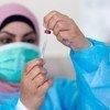 Enfermera preparando una vacuna en Ramalláh, Palestina.