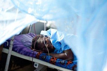 Mulher que perdeu o bebê após 10 horas de parto descansa em maternidade na Serra Leoa.