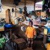 Msichana wa umri wa miaka akiwa amesimama kwenye darasa linalotumika na wakimbizi wa ndani, Ituri, DRC.