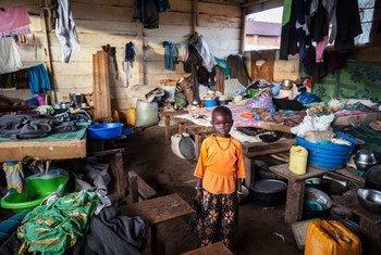 在刚果民主共和国东部的伊图里,一名 6 岁的女孩站在被境内流离失所者用作避难所的教室里。