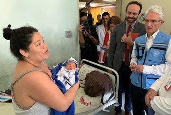 Mark Lowcock, subsecretário-geral das Nações Unidas para os Assuntos Humanitários, visita um hospital que atende um milhão de pessoas em Caracas, na Venezuela.