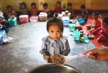 Des enfants mangent leur repas dans une école primaire au Laos.