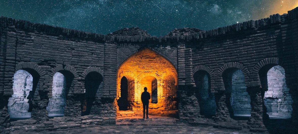 Un hombre mira a las estrellas en Deyr Gachin Caravansary, una zona de Irán alejada de las ciudades donde se llevan a cabo las protestas cuya violenta represión preocupa a la ONU.