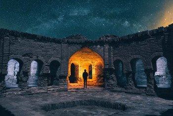 رجل ينظر إلى النجوم من دير غاشين كارافانساري في إيران، بعيدا عن المدن التي تثير فيها القمع المميت للمتظاهرين، الذي يثير قلق الأمم المتحدة.