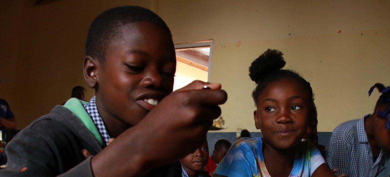 在经历长时间的社会动荡和学校关门之后,海地肯斯科夫(Kenscoff)的儿童重返校园,吃上了世界粮食计划署提供的热食。粮食署为海地全国1200多所学校的30多万儿童提供餐食,是该国规模最大的供餐项目。目前海地已有60%左右的学校重新开课。