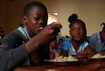 Des enfants de la municipalité de Kenscoff, en Haïti, recevant un repas scolaire fourni par le PAM (photo d'archives).