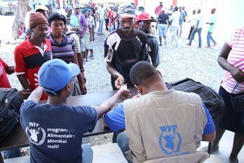 Wananchi wa Haiti wakiwa wamepanga foleni kupokea msaada wa chakula kutoka WFP kwenye kitongoji cha Chansolme kilichopo wilaya ya Kaskazini-Magharibi mwa Haiti.