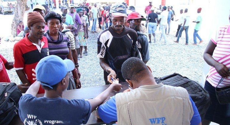 Haitianos reciben ayuda del Programa Mundial de Alimentos.