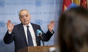 """السيد غسان سلامة، الممثل الخاص ورئيس بعثة الأمم المتحدة للدعم في ليبيا يجيب على أسئلة الصحفيين في المقر الرئيسي للأمم المتحدة بنيويورك، ويقول: """"إرفعوا أياديكم عن ليبيا""""."""