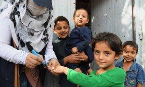 Una niña recibe una vacuna contra la polio en Kabul, Afganistán.
