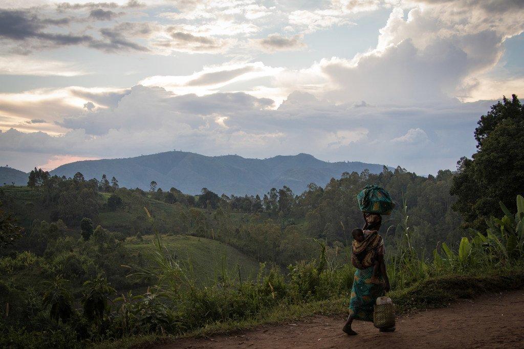 Une femme, portant son enfant, rentre chez elle dans la province du Nord-Kivu en République démocratique du Congo. La situation dans la région reste extrêmement instable, les civils étant les plus touchés par la violence des groupes armés. (archive)