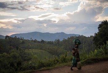 Una mujer huye con su hijo en la provincia congoleña de Kivu del Norte. La población desplazada por los ataques de grupos armados es muy vulnerable y precisa asistencia urgente. (Foto de archivo)