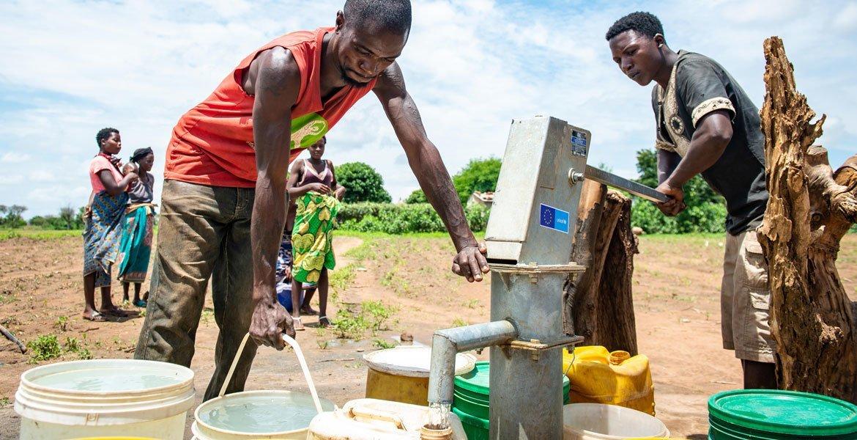 Em 2020, moradores de um vilarejo na Zâmbia acessam água limpa de um poço comunitário pela primeira vez