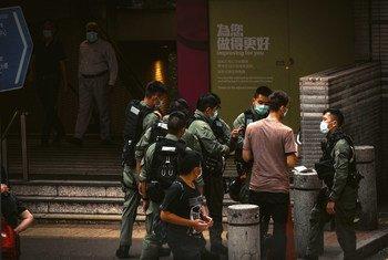 Policiais nas ruas de Hong Kong em outubro de 2020