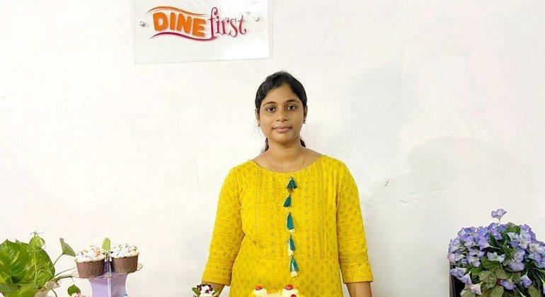 'स्टार्ट एंड इम्प्रूव योर बिज़नेस '(SIYB)नामक एक ऑनलाइन कार्यक्रम की प्रतिभागी, 32 साल की उद्यमी मीनू, बेकरी व्यवसाय में हैं.